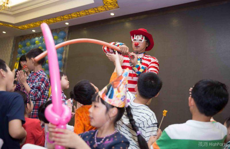 10岁生日趴的小丑杂耍表演