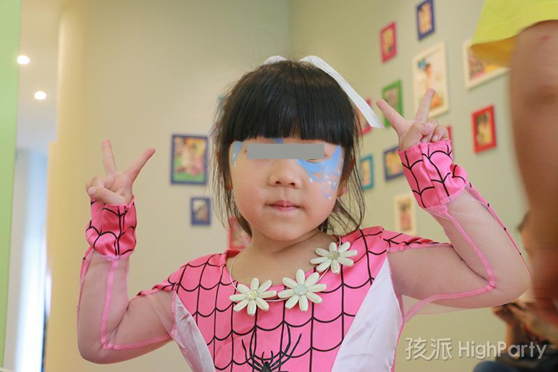 重庆超级英雄主题化妆生日派对,不仅仅是变装party,精心的超级英雄场景布置,还有滑梯、魔幻泡泡秀、海洋球、撞撞乐等好玩有趣的派对游戏,皮纳塔及生日蛋糕也少不了,最后还有特殊的放飞气球唱生日快乐歌等特别的节目,让这个5岁生日趴过的特别有意义
