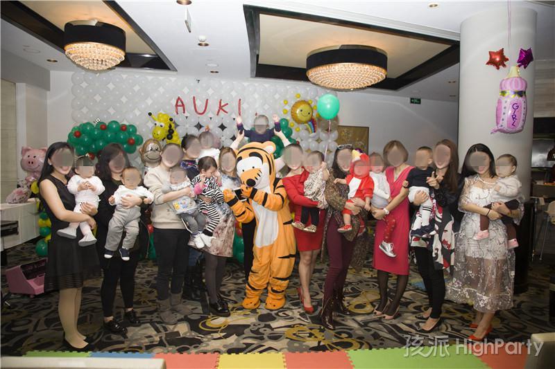 冬季里欢乐的小动物森林王国童话主题小公主周岁派对,海洋球充气城堡泡泡秀小丑杂耍魔术表演等娱乐表演节目,辣妈美女和萌娃宝宝共祝宝宝一周岁生日快乐